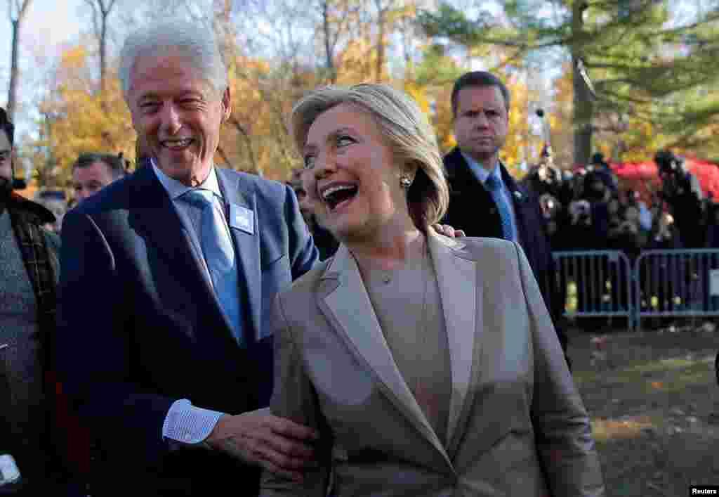 La candidate démocrate à la présidentielle américiane, Hillary Clinton, et son mari, l'ancien président américain Bill Clinton, s'adressent aux journalistes après avoir voté à l'école primaire de Douglas Grafflin de Chappaqua, New York, 8 novembre 2016.