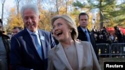 La candidate démocrate à la présidentielle américiane, Hillary Clinton, et son mari, l'ancien président américain Bill Clinton, dans l'Etat de New York, 8 novembre 2016.
