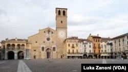 Gotovo prazan trg u gradu Lodi, Italija