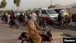 在阿富汗坎大哈省的一處檢查站,在阿富汗特種部隊在與塔利班激戰後重新集結之際,車流停了下來。(2021年7月13日)