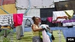 María Colmenares vive en una vivienda precaria. Tras 12 años de gobierno Chávez ha fallado en atender las necesidades básicas de los pobladores, vivienda y servicios básicos.
