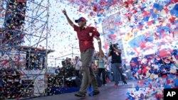 El candidato opositor Henrique Capriles saluda a sus seguidores en un acto de campaña en Bariñas, Venezuela, el lunes 24 de septiembre de 2012.