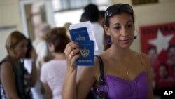 16일 쿠바 하바나의 출입국관리사무소를 나서는 쿠바 여성. (자료사진)