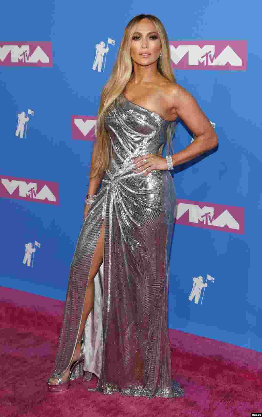 «جنیفر لوپز» هنرمند مشهور آمریکایی در مراسم سالانه اهدای جوایز بهترین موزیک ویدئوی«ام تی وی» در تالار موسیقی رادیو سیتی در نیویورک در مقابل خبرنگاران ژست گرفته است.
