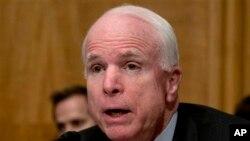 """Según McCain, la política de Washington en el mundo tendrá un """"alto precio"""" para los estadounidenses."""