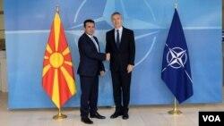 Arhiva - Generalni sekretar NATO-a, Jens Stoltenberg, rukuje se sa premijerom Makedonije Nikolom Gruevskim