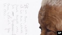 """Capa da edição portuguesa do livro de Nelson Mandela, """"Arquivo Íntimo"""""""