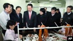 ສະມາຊິກສະພາແຫ່ງຊາດເກົາຫຼີໃຕ້ ໄປຢ້ຽມຢາມເຂດອຸສາຫະກຳຮ່ວມ Kaesong (10 ກຸມພາ 2012)