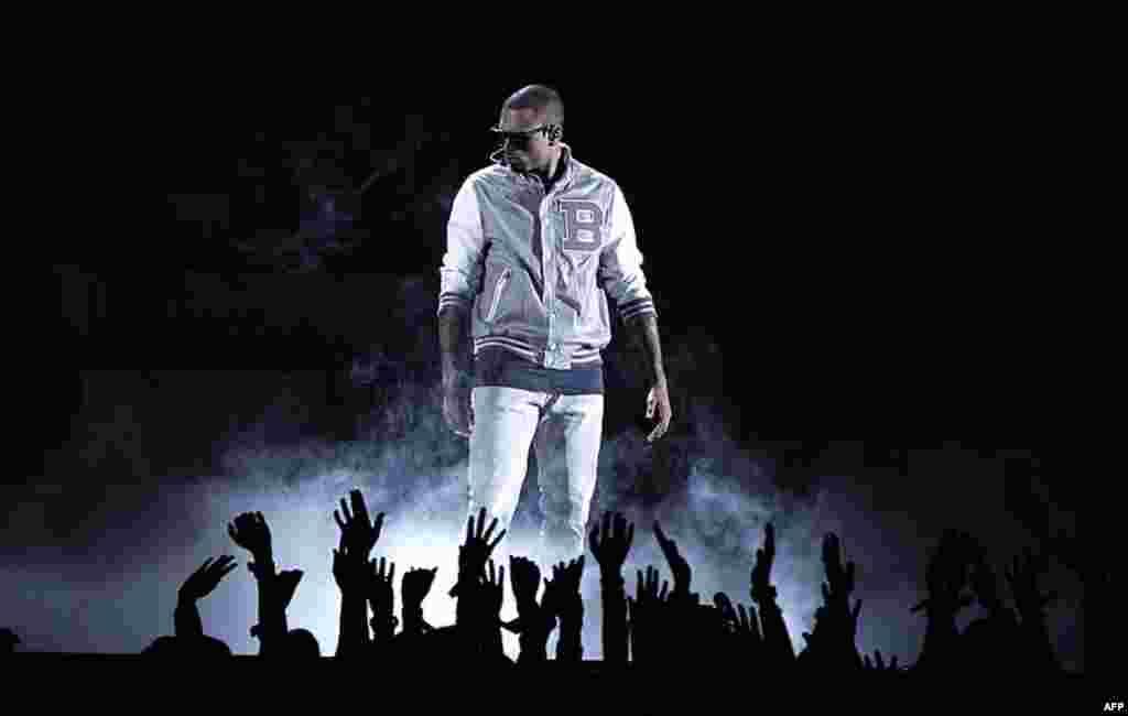 Ca sĩ Chirs Brown trình diễn trong lễ trao giải Grammy lần thứ 54 (AP)