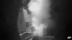 美国海军提供的视频截屏显示,2016年10月13日美国发射战斧巡航导弹后很快击中也门胡塞控制区的一处海岸雷达站