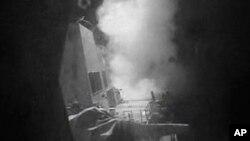 """Deo video snimka Mornarice SAD koji pokazuje momenat lansiranja krstareće rakete """"Tomahavk"""" koja je pogodila radarska postrojenja na delu teritorije Jemena koji kontrolišu Huti na obali Crvenog mora, 13. oktobra 2016. (U.S. Navy via AP Video)"""