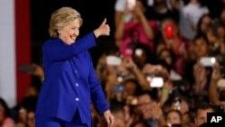힐러리 클린턴 미 민주당 대선후보가 2일 애리조나주 템피에서 열린 선거유세에서 지지자들을 향해 엄지를 들어보이고 있다.