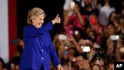 La candidate démocrate Hillary Clinton salue une foule de militants lors de son arrivée à un rassemblement à Tempe, Arizona, le 2 novembre 2016.