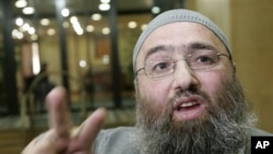 Muslim cleric Omar Bakri Mohammed talking to the media, in Beirut, Lebanon, 5 Sep 2005 (file photo)