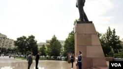 Riçard Morninqstar sabiq prezident Heydər Əliyevin abidəsi önündə