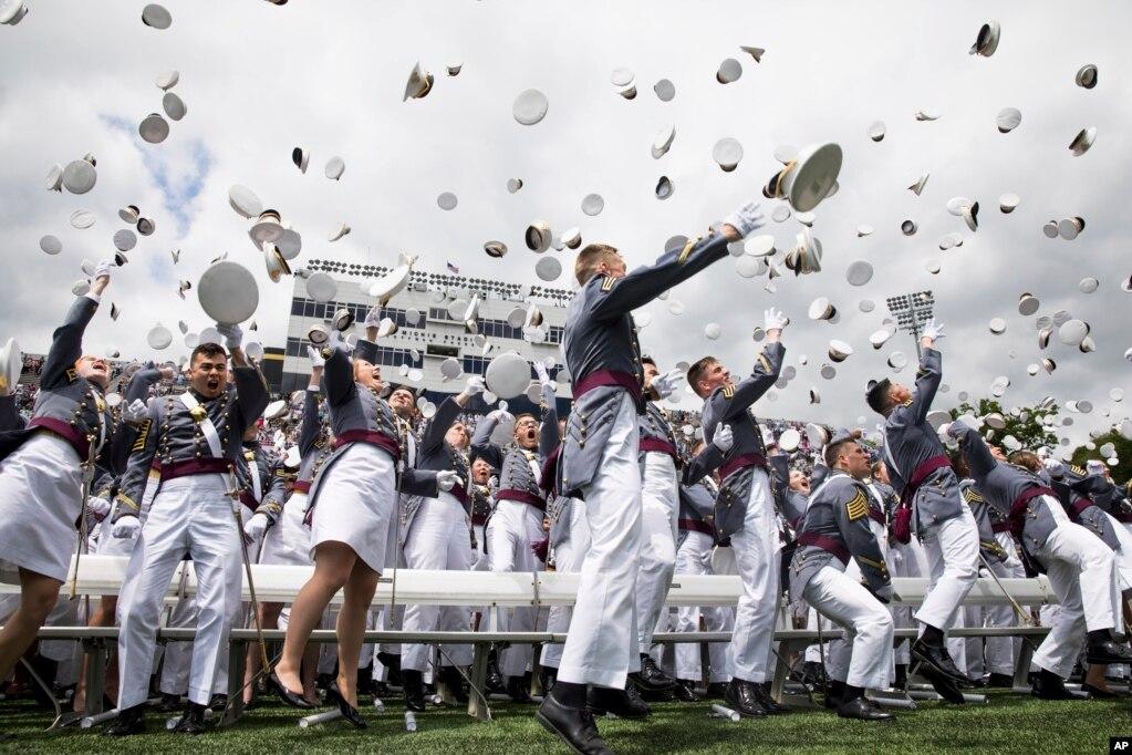 Курсанты Вест-Пойнта празднуют свой выпуск в Военной академии Соединенных Штатов, 25 мая 2019 года, в Вест-Пойнте, Нью-Йорк.