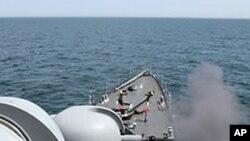 대함사격을 하고있는 진해함(자료사진)