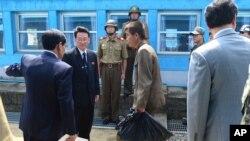 Một ngư dân Bắc Triều Tiên băng qua biên giới vào miền Nam ngày 14/7/2015. Bộ Thống nhất Hàn Quốc cho biết đã hồi hương 3 ngư dân miền Bắc vào chiều 29/12/2015.