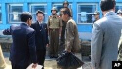 한국 정부는 14일 판문점에서 지난 4일 동해 울릉도 부근 해상에서 구조된 북한 선원 2 명을 송환했다. 당시 구조된 나머지 선원 3 명은 북한에 돌아가지 않고 한국 망명을 선택했다.