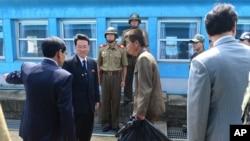 지난 7월 울릉도 해상에서 구조된 북한 선원이 판문점을 통해 북측으로 인계됐다. (자료사진)