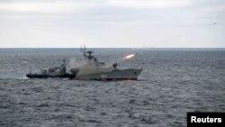 Angkatan Laut Rusia menembakkan misil ketika mengadakan latihan militer di Laut Hitam (foto: dok).