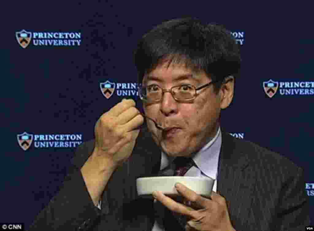 """""""普林斯顿选举联盟""""的王声宏(Sam Wang)教授曾声称川普连百分之一的机会也没有,甚至说:""""选举已经完了。如果川普赢得超过240张选举人票,我会吃虫子。""""11月12日,王声宏在CNN节目上表演吃虫子,以示信守承诺"""
