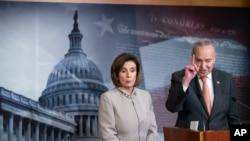 Ketua DPR AS Nancy Pelosi (kiri) dan Pemimpin Minoritas Senat Chuck Schumer dalam konferensi pers, di Gedung Capitol, Washington, D.C., Selasa, 11 Februari 2020. (Foto AP / Alex Brandon).