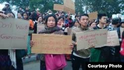ေဒသခံ ကခ်င္လူမ်ိဳးေတြက ကခ်င္ျပည္နယ္ ဝန္ႀကီးခ်ဳပ္ရံုးေရွ႕မွာ ဆႏၵျပမႈ။ Photo Credit to Jade Land Kachin.