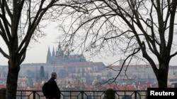 Vue sur le château de Prague à partir de la rive de la Vltava, 20 mars 2021.