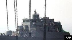 Džinovski kran izvlači pramac potonulog južnokorejskog broda Čeonan u aprilu 2010.