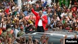 លោក Uhuru Kenyatta ប្រធានាធិបតីកេនយ៉ា ថ្លែងទៅកាន់អ្នកគាំទ្រគណបក្សលោកនៅក្រុងណៃរ៉ូប៊ី កាលពីពេលឃោសនាបោះឆ្នោតថ្ងៃ២៣ ខែតុលា។