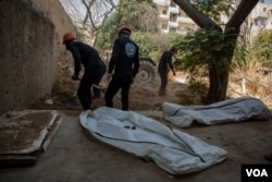 Employees of Raqqa's Civil Defense dig in a garden looking for corpses of IS fighters and their families in Raqqa, Syria, Sept. 1, 2019. (Yan Boechat/VOA)