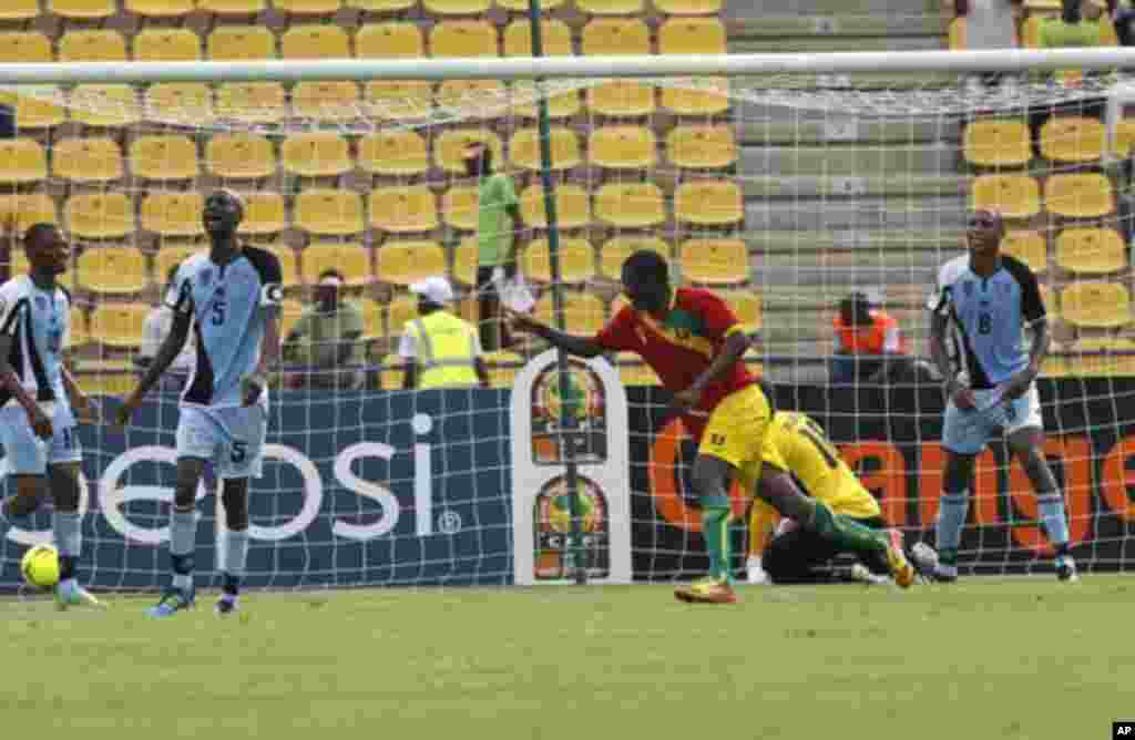 Guinea's Sadio Diallo (C) celebrates his goal during their African Nations Cup Group D soccer match against Botswana at Franceville Stadium January 28, 2012. Guinea won 6-1. REUTERS/Louafi Larbi (GABON - Tags: SPORT SOCCER)