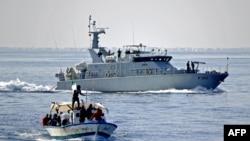 Les supporters tunisiens du Croissant Sportif Chebbien (CSC), qui menacent depuis des semaines d'émigrer en Italie pour protester contre les sanctions contre leur club, embarquent le 12 novembre 2020 sur des bateaux de pêche dans le port méditerranéen.