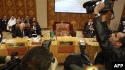 Саммит ЛАГ в Каире: фото- и видеооператоры снимают пустое кресло, которое должен был занять представитель Ливии.