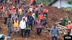 Presiden Jokowi meninjau lokasi bencana longsor di Banjarnegara, Jawa Tengah, 14 Desember 2014 (Foto: Dokumentasi Sekretariat Kabinet)