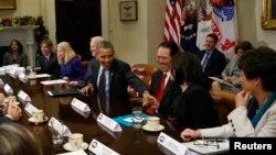 Presiden AS Barack Obama bersalaman dengan COO Facebook Sheryl Sandberg dalam pertemuan dengan para eksekutif perusahaan teknologi raksasa AS di Gedung Putih (17/12). (Reuters/Kevin Lamarque)