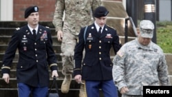 FILE - U.S. Army Sergeant Bowe Bergdahl (2nd R) leaves the courthouse with his defense attorney, Lt. Col. Franklin Rosenblatt (L), after an arraignment hearing for his court-martial in Fort Bragg, North Carolina, Dec. 22, 2015.