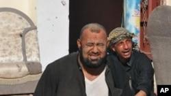 伊拉克南部城市納西里耶的居民在炸彈襲擊後表現哀痛