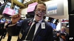 El rendimiento de los bonos del Tesoro seguía en mínimos en tres meses y sumaba presión al mercado junto a una caída de los precios del petróleo.