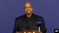 នៅក្នុងរូបថតពីទូរទស្សន៍នេះ លោកប្រធានាធិបតីអាហ្វ្រិកខាងត្បូង Jacob Zuma ថ្លែងប្រកាសអំពីមរណភាពរបស់អតីតប្រធានាធិបតី Nelson Mandela ទៅកាន់ប្រព័ន្ធផ្សព្វផ្សាយកាលពីថ្ងៃទី០៥ ខែធ្នូ ឆ្នាំ២០១៣ នៅរដ្ឋធានី Pretoria ប្រទេសអាហ្វ្រិកខាងត្បូង។