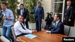 CEO Facebook Mark Zuckerberg saat bertemu Presiden Perancis Emmanuel Macron di Elysee Palace di Paris, Perancis, 23 Mei 2018. (Foto: dok).
