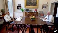 Presiden AS Barack Obama dan Wakil Presiden Joe Biden dalam pertemuan makan siang di Gedung Putih di Washington (8/1).