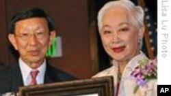 华裔女演员卢燕获杰出华人奖项