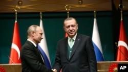 埃爾多安(右)2017年12月在安卡拉會見到訪的俄羅斯總統普京(美聯社)