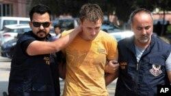 Офицеры турецкой полиции задержали россиянина Рената Бакиева. Адана, Турция. 10 августа 2017 г.