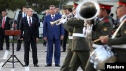 Rossiya va Tojikiston rahbarlari Dushanbeda, rus harbiy bazasini ko'zdan kechirayapti. 5-oktabr, 2012-yil.