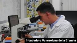 """En las actividades de laboratorio, durante la epidemia del virus Zika en Venezuela, entre 2016 y 2017. El equipo de investigación liderado por Paniz-Mondolfi, sirvió como un """"centro neurálgico"""" a nivel regional para la recepción."""