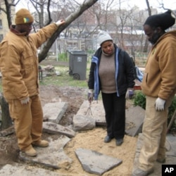 Organizer Catherine Wint helps train gardeners at the Roberto Clemente Community Garden in the South Bronx.
