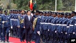 아베 신조(가운데) 일본 총리가 26일 케냐 수도 나이로비에서 의장대를 사열하고 있다.